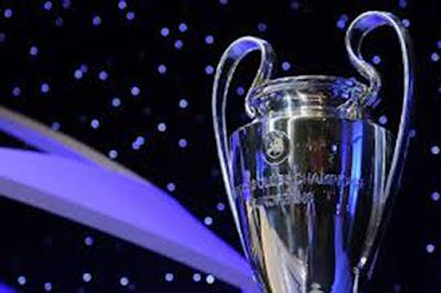 """Sejarah dan Fakta Liga Champions UEFA  Kejuaraan ini pada awalnya dimulai pada musim 1955/1956 dengan menggunakan sistem gugur dua leg, yaitu setiap klub bertanding dua kali, satu kandang satu tandang dan klub dengan skor rata-rata tertinggi maju ke babak berikutnya. Hanya klub-klub juara liga di masing-masing negara ditambah dengan pemegang juara pada saat itu yang berhak ikut ajang kompetisi bergengsi ini. Kejuaraan ini dicetuskan oleh salah satu majalah olah raga Perancis. Pada awalnya kejuaraan memperebutkan piala bernama Piala Juara Klub Eropa atau European Champion Clubs' Cup yang biasa disingkat menjadi Piala Eropa (European Cup). Pada ajang ini memperebutkan trofi berbentuk piala yang diberi julukan """"The Big Ears"""" dimana piala yang diperebutkan sekarang adalah edisi ke-6 buatan Stadellman.  Format dan Nama Baru  Pada musim tahun 1992/1993 format dan nama kejuaraan ini diganti dari Piala Champion menjadi Liga Champions. Mulai saat itu kejuaraan mempunyai tiga babak kualifikasi, satu babak kompetisi grup dimana tim-tim bermain dalam bentuk tandang kandang seperti kompetisi reguler, empat babak final dengan sisitem gugur dilangsungkan dengan dua leg, kecuali pertandingan final yang merupakan pertandingan tunggal yang diselenggarakan di sebuah tempat yang telah ditentukan oleh UEFA.  Kualifikasi untuk Liga Champions ditentukan"""