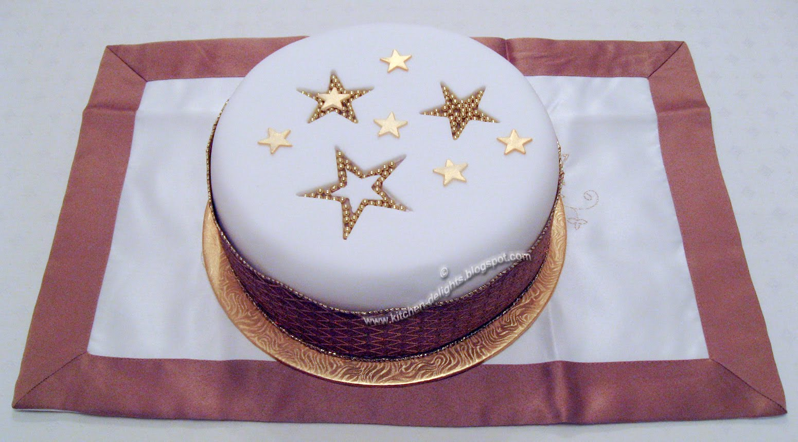 Christmas Cake Decoration With Stars : Kitchen Delights: ICED CHRISTMAS STAR CAKE