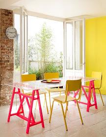 mesa com tampo de vidro e pés de cavalete de madeira pintado de pink