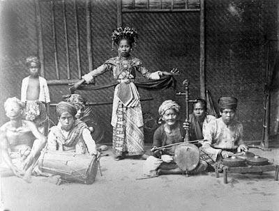 Sejarah Betawi    Diawali oleh orang sunda (mayoritas), sebelum abad ke-16 dan masuk ke dalam kerajaan tarumanegara serta kemudian pakuan pajajaran. Selain orang sunda, terdapat pula pedagang dan pelaut asing dari pesisir utara jawa, dari berbagai pulau indonesia timur, dari malaka di semenanjung malaya, bahkan dari tiongkok serta gujarat di india. Selain itu, perjanjian antara surawisesa (raja kerajaan sunda) dengan bangsa portugis pada tahun 1512 yang membolehkan portugis untuk membangun suatu komunitas di sunda kalapa mengakibatkan perkawinan campuran antara penduduk lokal dengan bangsa portugis yang menurunkan darah campuran portugis. Dari komunitas ini lahir musik keroncong.  Setelah VOC menjadikan batavia sebagai pusat kegiatan niaganya, belanda memerlukan banyak tenaga kerja untuk membuka lahan pertanian dan membangun roda perekonomian kota ini. Ketika itu VOC banyak membeli budak dari penguasa bali, karena saat itu di bali masih berlangsung praktik perbudakan. Itulah penyebab masih tersisanya kosa kata dan tata bahasa bali dalam bahasa betawi kini. Kemajuan perdagangan batavia menarik berbagai suku bangsa dari penjuru nusantara hingga tiongkok, arab dan india untuk bekerja di kota ini. Pengaruh suku bangsa pendatang asing tampak jelas dalam busana pengantin betawi yang banyak dipengaruhi unsur arab dan tiongkok. Berbagai nama tempa