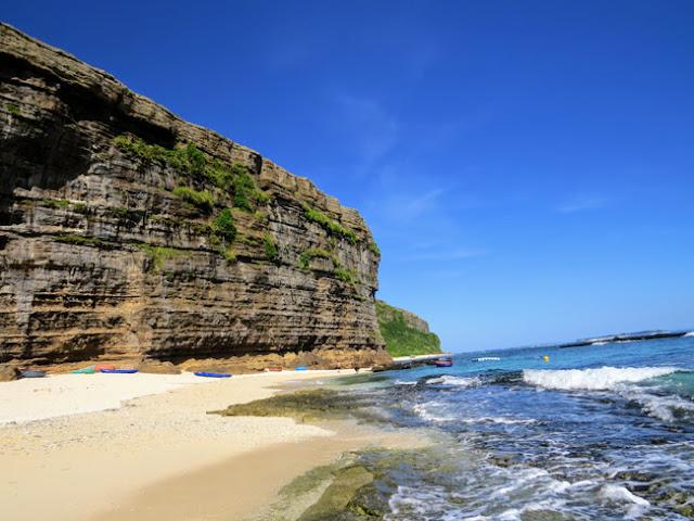 Tiếp giáp giữa núi và biển là bãi cát trắng và phần đá trầm tích gồ ghề. Nếu muốn tắm biển du khách sẽ phải đi bộ ra phía biển xa hơn để tránh đá.