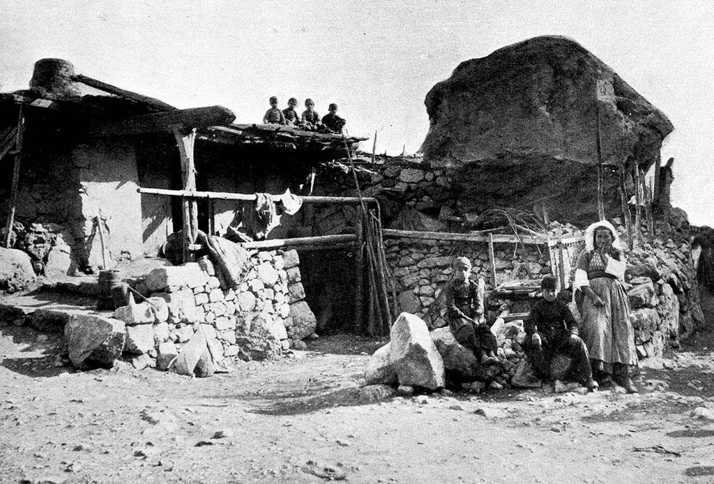 Еще одно изображение крымских татар у их домов