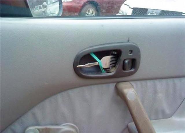 شخص قام بوضع شوكة طعام مكان اليد البلاستيكية لباب سيارته من الداخل