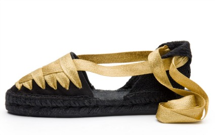 alpargatas de castañer negras con cintas doradas