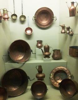 Ollas, cacerolas, cazos, braseros y otros objetos antiguos de latón, de color dorado o cobrizo.