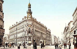 Fotocromo con una visión general del edificio y sus dos calles a finales del siglo XIX, cuando contaba con las cuatro plantas iniciales.