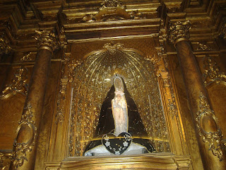 """Evangelio según San Lucas 1,26-38.  El Ángel Gabriel fue enviado por Dios a una ciudad de Galilea, llamada Nazaret,  a una virgen que estaba comprometida con un hombre perteneciente a la familia de David, llamado José. El nombre de la virgen era María.  El Ángel entró en su casa y la saludó, diciendo: """"¡Alégrate!, llena de gracia, el Señor está contigo"""".  Al oír estas palabras, ella quedó desconcertada y se preguntaba qué podía significar ese saludo.  Pero el Ángel le dijo: """"No temas, María, porque Dios te ha favorecido.  Concebirás y darás a luz un hijo, y le pondrás por nombre Jesús;  él será grande y será llamado Hijo del Altísimo. El Señor Dios le dará el trono de David, su padre,  reinará sobre la casa de Jacob para siempre y su reino no tendrá fin"""".  María dijo al Ángel: """"¿Cómo puede ser eso, si yo no tengo relaciones con ningún hombre?"""".  El Ángel le respondió: """"El Espíritu Santo descenderá sobre ti y el poder del Altísimo te cubrirá con su sombra. Por eso el niño será Santo y será llamado Hijo de Dios.  También tu parienta Isabel concibió un hijo a pesar de su vejez, y la que era considerada estéril, ya se encuentra en su sexto mes,  porque no hay nada imposible para Dios"""".  María dijo entonces: """"Yo soy la servidora del Señor, que se cumpla en mí lo que has dicho"""". Y el Ángel se alejó."""