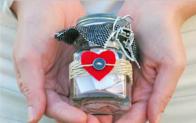 подарок на день святого Валентина, подарки на день всех влюбленных своими руками, подарок к дню святого Валентина своими руками, день всех влюбленных подарки, подарок на день святого Валентина парню своими руками, что подарить на день влюбленных мужу, подарки на 14 февраля, подарки на день святого Валентина, любовные подарки, подарки для влюбленных, подарок на день святого Валентина девушке своими руками подарок на день святого Валентина мужу своими руками подарок на день святого Валентина жене своими руками подарок на день святого Валентина мужчине своими руками подарок на день святого Валентина женщине своими руками подарок на день святого Валентина любимой своими руками подарок на день святого Валентина любимому своими руками Романтические подарки на день влюбленных, Полезные подарки на день влюбленных, ОригинальныеС учетом хобби любимого С учетом хобби любимого подарки на день влюбленных, подарки на 14 февраля для любимого сделать своими руками, подарки на 14 февраля для любимой сделать своими руками, подарок парню на 14 февраля идеи своими руками как сделать подарок на день святого Валентина своими руками подарки на день всех влюбленных своими руками подарки на 14 февраля своими руками оригинальные подарки на 14 февраля, интерьерный декор на 14 февраля, идеи для украшения дома на 14 февраля, идеи для украшения дома на День Влюбленных, St. Valentine's Day, День Святого Валентина идеи для оформления дома на день влюбленных, интерьерный декор на день смятого Валентина, валентинов день, День любви, День влюбленных,Бутылка с любовными признаниями Этот подарок подойдет романтичному мужчине. Особенно, если вы вместе уже не первый год и отношения немного охладели. Ведь что разъедает чувства? Конечно же, быт и обыденность! Как часто мы упрекаем любимого в том что он бросил не там носки, не убрал за собой посуду, забыл что-то… И постепенно складывается ощущение, что любовь ушла, пропала, остались одни упреки. И возникает вопрос, а почему ты все еще рядом со мной? Попробу