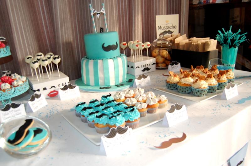 table gourmande avec gateau d'anniversaire et cupcake decores