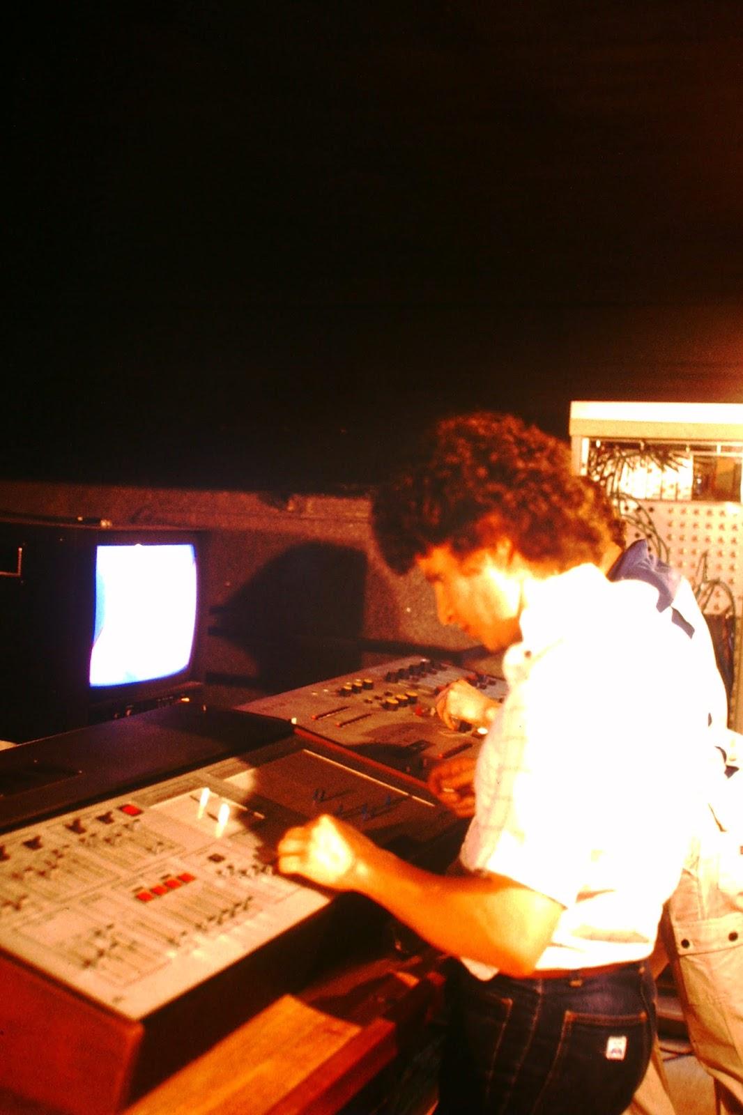 Zanov manipulando el panel del EMS Spectron Video Synthesizer en el estudio Costa et Renouf de París hacia 1980