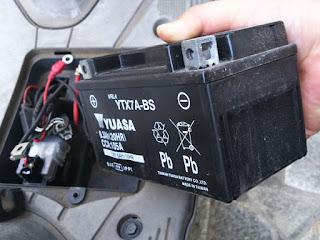 アドレスV125Gバッテリーを外しました。シェルケースが熱で歪んでいます。