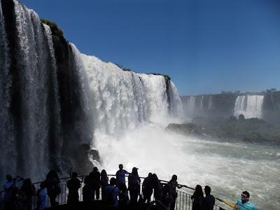 Pessoas observando as Cataratas do Iguaçu