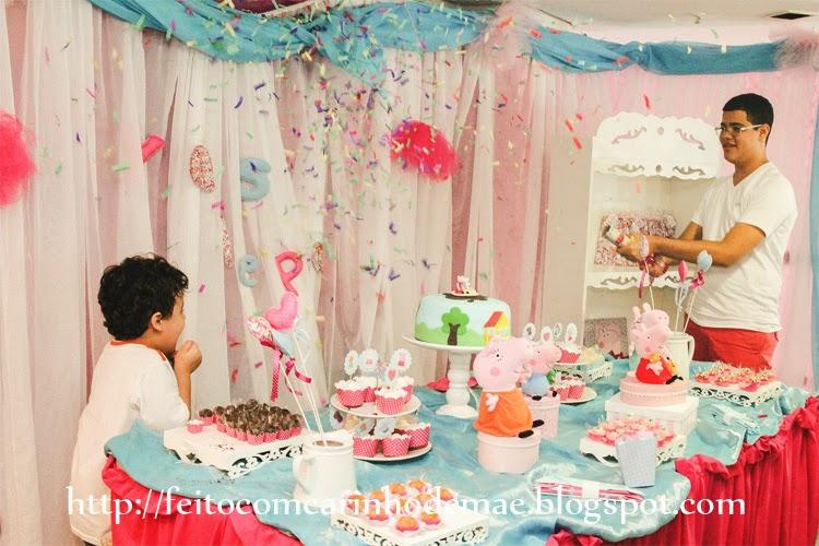 chuva de confetes - com turminha sentada no chão atrás da mesa