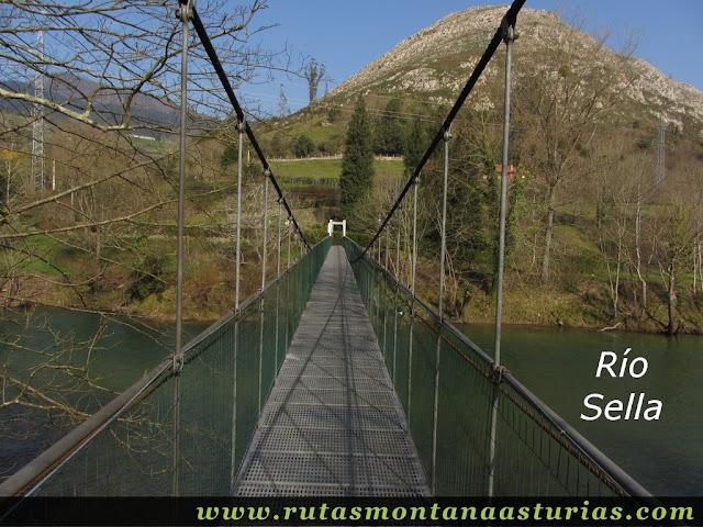 Cruzando el Río Sella por el puente peatonal