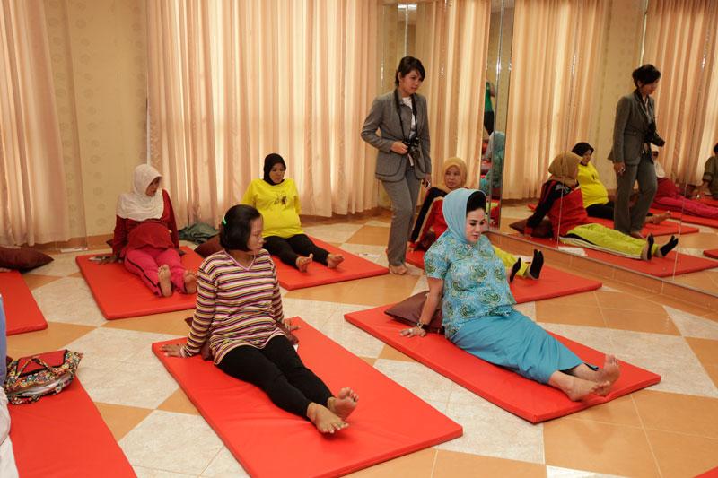 Senam untuk ibu hamil 4 5 6 7 8 9 bulan muda tua senam ibu hamil bayi sungsang di jogja bln kegel yoga pilates sehat yang baik payudara pernafasan youtube video rumah download gerakan cara ringan aman agar melahirkan aerobik wanita bagi buat usia umur keatas posisi