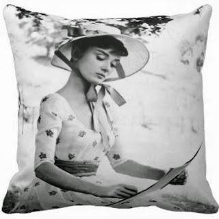 Capa para Almofada Audrey Hepburn Chapéu