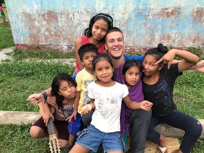 Josu con los niños y niñas de Iquitos