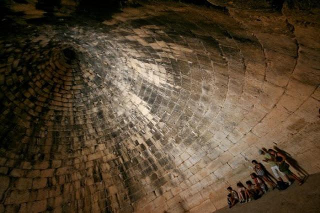 Γιατί οι αρχαίοι Έλληνες έχτιζαν θολωτούς τάφους και πυραμίδες σε συγκεκριμένα σημεία. Τι γνώριζαν για τις γεωακτίνες και την επίδραση στην υγεία.