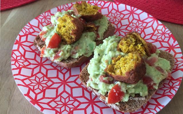 Sandwich al guacamole e falafel