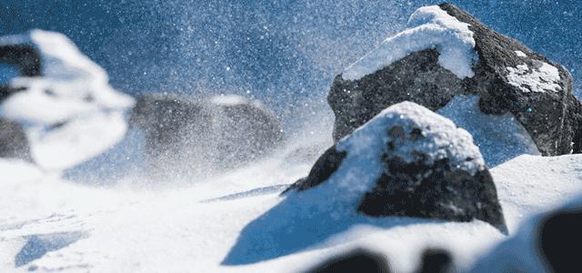 ぱくたそ:厳冬期の山で舞い上がる雪の粒子