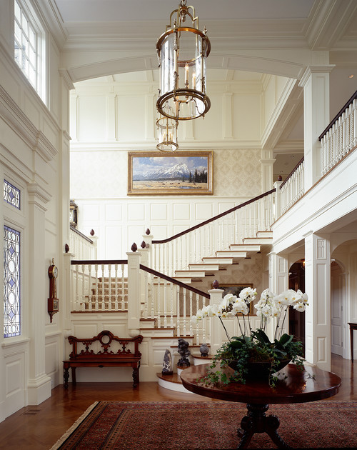 Grand Salon Avec Foyer : Elegant foyer and staircase content in a cottage