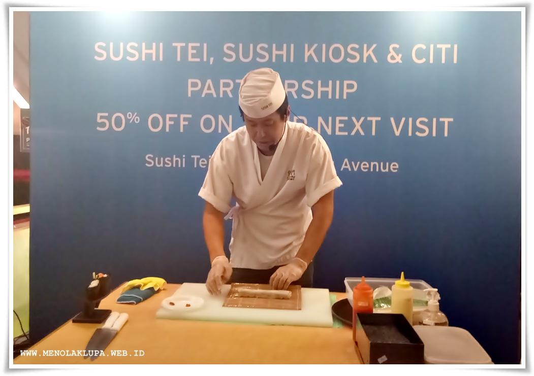 Chef Kei memberikan pelajaran tentang bikin sushi