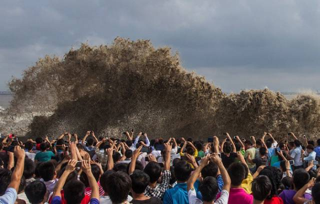 Chinese Locals Dodge Death By Getting Scarily Close to a Tidal Wave for Fun (25 pics)