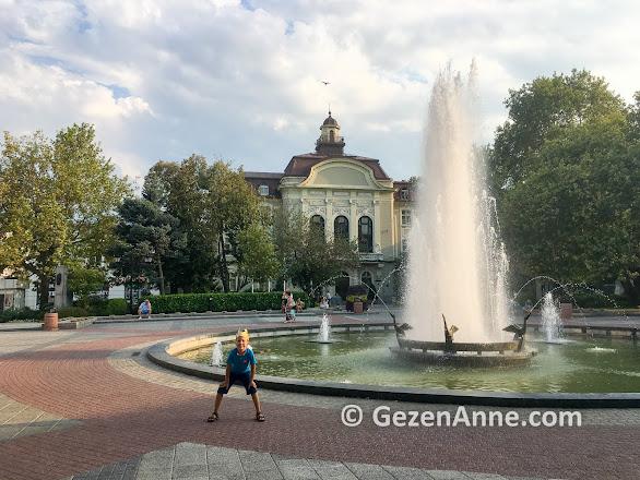 Plovdiv merkezde parklarda eğlenen oğlum, Bulgaristan