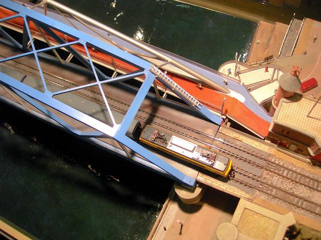 Fietsbrug tegen bestaande Spoorbrug bevestigd.