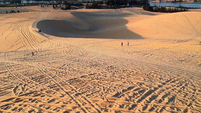 white sand dunes mui ne vietnam