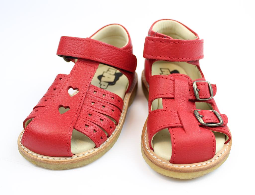 c4889944686c Sandalen til højre er velegnet til de lidt buttede brede fødder (sandalen  er i øvrigt unisex og kan sagtens bruges til drenge også) og sandalen til  venstre ...