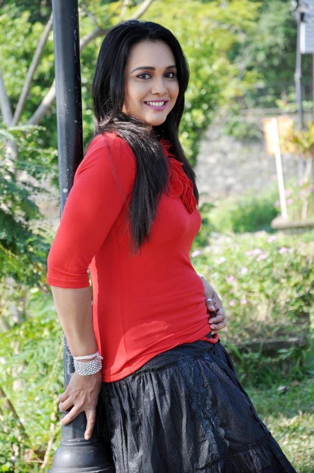 Sri lankan actress Gayathri Dias new fashion photos