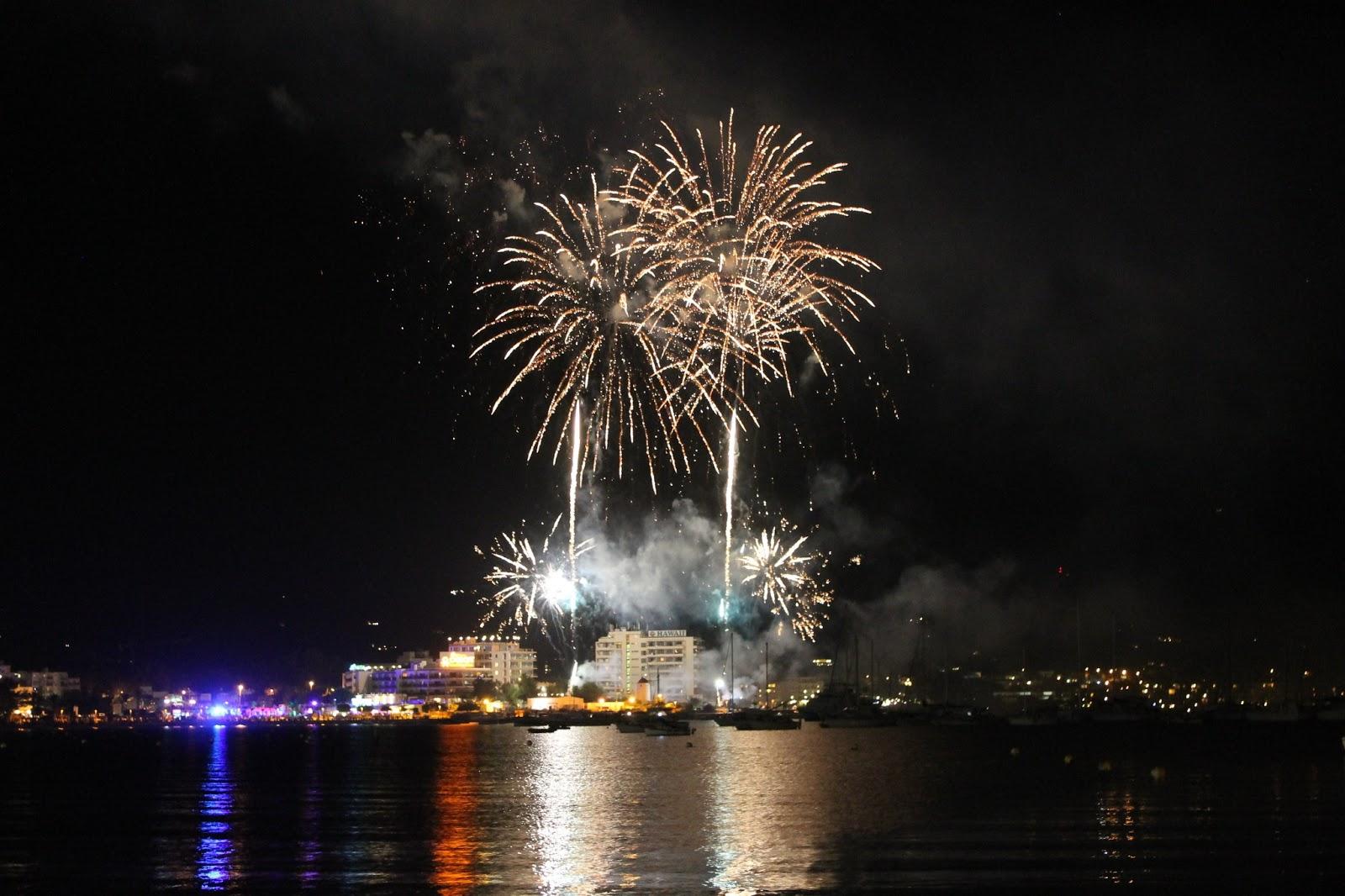 Fuegos artificiales por las Fiestas de Sant Bartomeu. Ibiza. Sant Antoni de Portmany