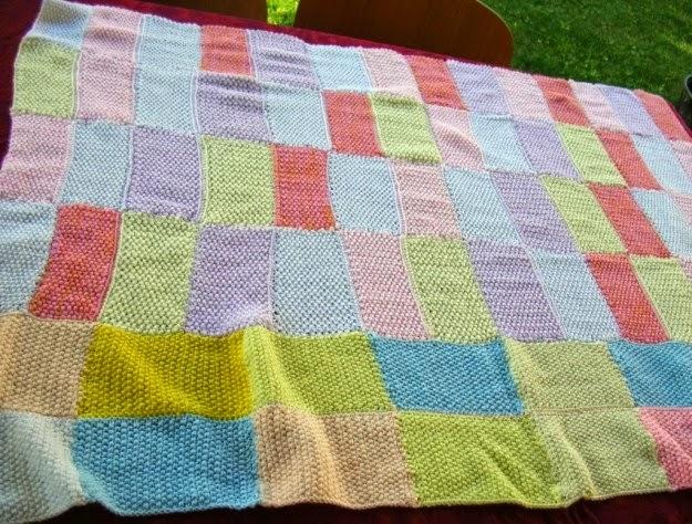 Il necessario per la realizzazione di questo lavoro a maglia sono solo 400  grammi di lana bianca 25b87d298c2c
