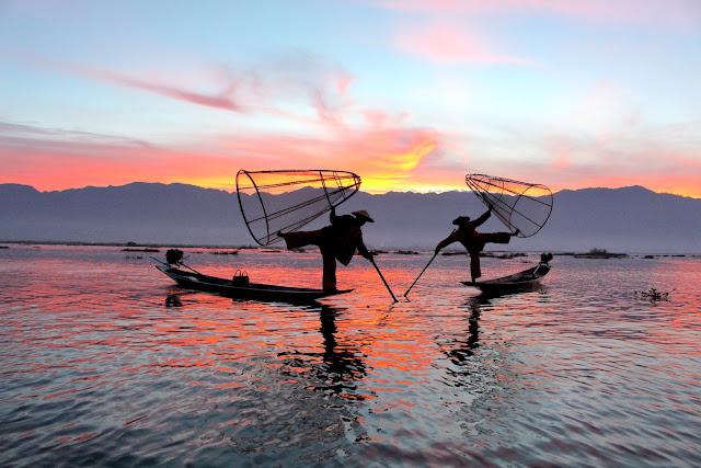 Lever de soleil avec les pêcheurs faisant leur show - lac Inlé - Birmanie