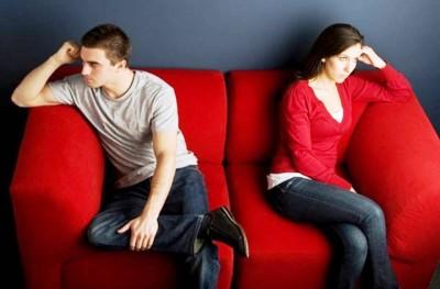 pareja enojada en el sillón - cuando fracasan las parejas