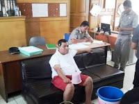 Nah Loh! Tarif Air Naik, Pria Ini Gelar Aksi Numpang Mandi di Kantor DPRD Sumut