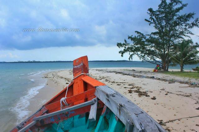 Kapal sandar di Pulau Tunjuk Batam