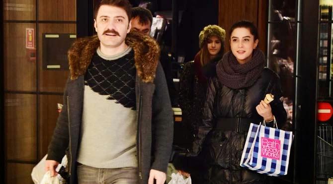 Ünlü Komedi oyuncusu Şahir Irmak ile Asena Tuğal evlilik için ilk adımı attılar ve nişanlandılar. PEki Asena Tuğal kimdir işte detaylar...