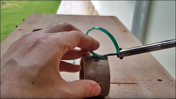 soldando plástico com ferro de solda