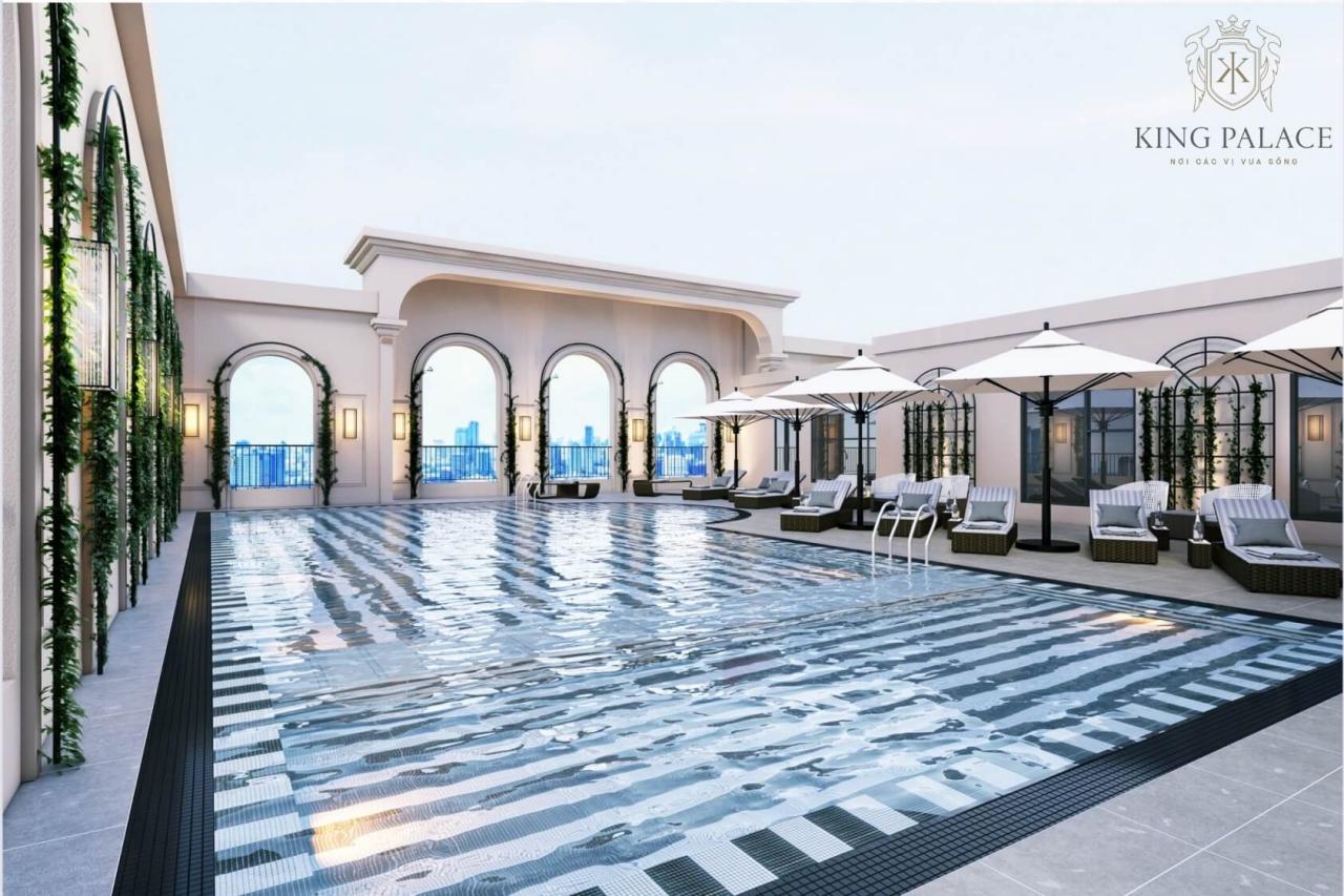 Bể bơi ngoài trời dựa án King Palace