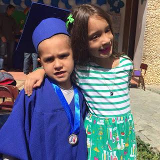 Sophia y Fabian abrazados en la Graduación
