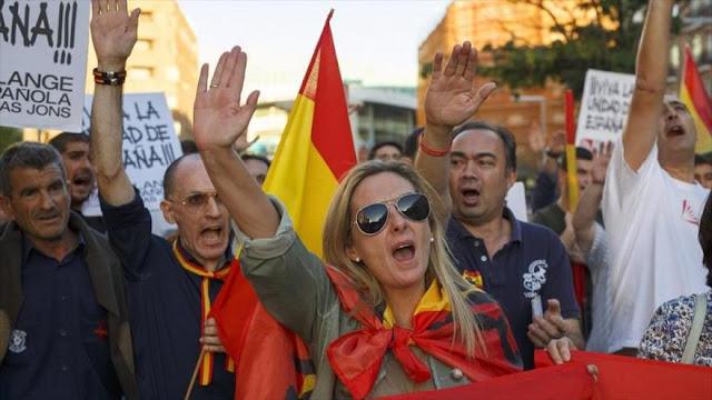 Fascistas rechazan independencia catalana con saludos nazis