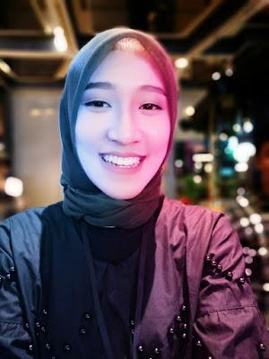 selfie menggunakan fitur bi-color light dari kamera OPPO Find X