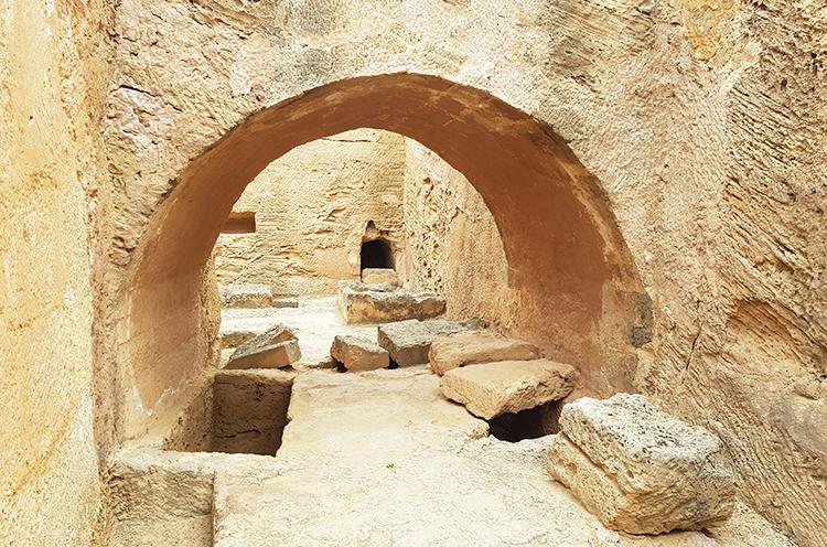 Intérieur d'une grande tombe