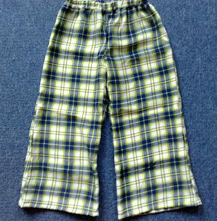 9b4026cf47 A két szoknya se egész pontos megfogalmazás, mert két kislányruha, ámbár  felnőtt szoknyából és kimonóból készültek. Ez a szerencséje Grétinek, ...