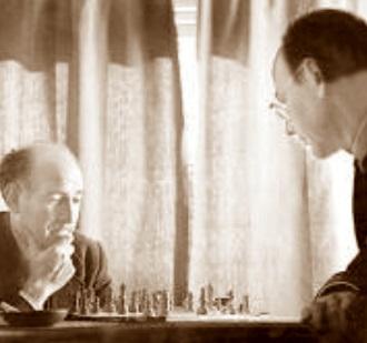 Josep Maria Gironella jugando al ajedrez con Narciso García Yepes