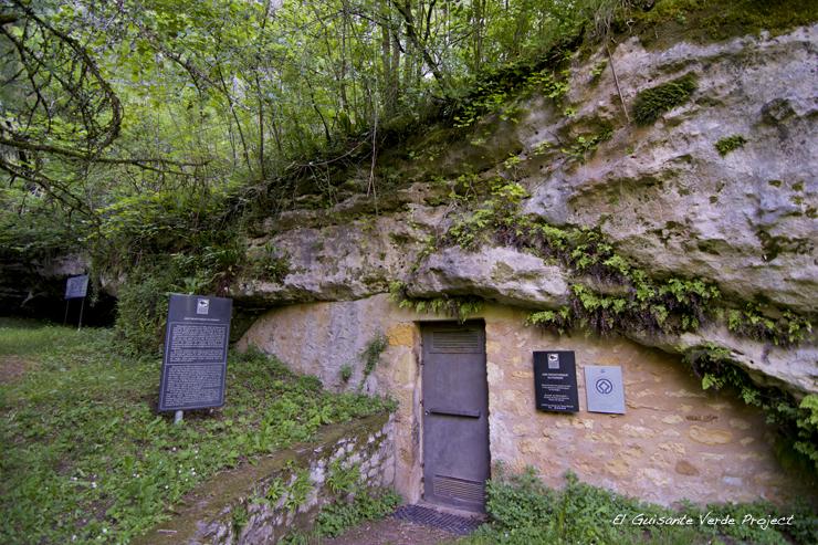 Entrada Abrigo Poisson, Les Eyzies de Tayac - Dordoña Perigord por El Guisante Verde Project
