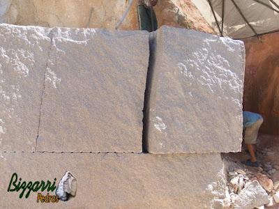 Bloco de pedra granito sendo extraído para execução de pedra folheta.