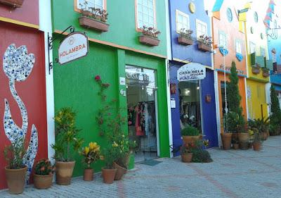 As fachadas das lojas em Holambra.